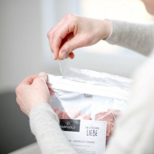 barfgold-produkt-rohfleisch-fuetterungsprozess-2